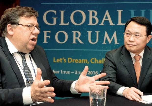 브라이언 카우언 전 아일랜드 총리(왼쪽)가 유병규 산업연구원장과 대화를 나누고 있다. '글로벌 인재포럼 2016'의 부대행사로 지난 2일 열린 대담에서 카우언 전 총리는 리더의 신속한 결단이 위기를 극복할 해법이라고 말했다. 김범준 기자 bjk07@hankyung.com