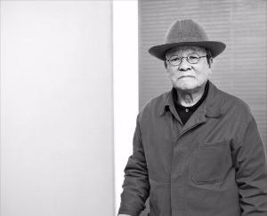 '단색화 선구자' 김기린 화백이 서울 갤러리 현대에 전시된 자신의 작품 '안과 밖'을 설명하고 있다.