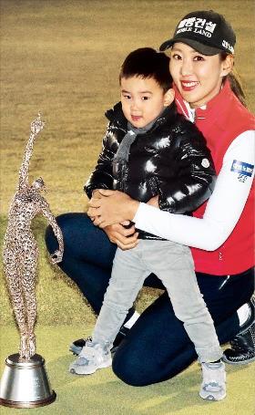 """< """"엄마 축하해요!"""" > '엄마골퍼' 홍진주가 6일 경기 용인시 88CC에서 열린 한국여자프로골프(KLPGA) 투어 팬텀클래식YTN 대회에서 우승한 뒤 아들 은재군과 함께 기뻐하고 있다. KLPGA 제공"""