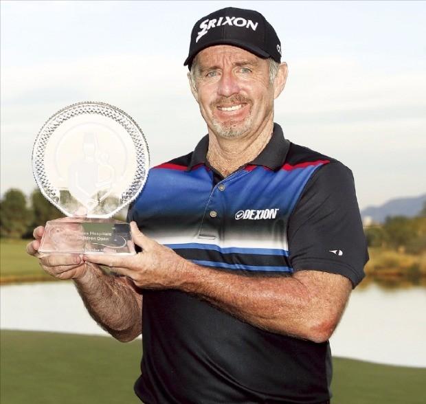 """< """"이것이 노장의 품격"""" > 47세 노장 로드 팸플링이 미국프로골프(PGA)투어 슈라이너스호스 피털스포칠드런오픈에서 우승한 뒤 트로피를 든 채 기뻐하고 있다. 연합뉴스"""