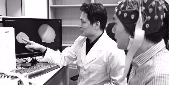 대구 동내동 대구경북첨단의료복합단지 내 첨단의료기기개발지원센터에서 한 연구원이 뇌파 측정 실험을 하고 있다. 대구시 제공