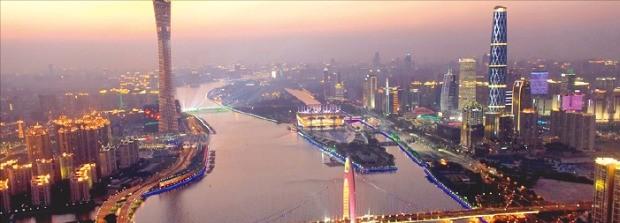 주장(珠江)에서 바라본 광저우시 야경. 왼쪽에 솟아 있는 고층건물이 TV 전파를 송신하는 높이 600m 광저우탑이다.