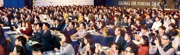 '글로벌 인재포럼 2016'의 가장 큰 특징은 참가자들의 집중도가 높았다는 점이다. 행사 마지막날인 지난 3일 '무엇이 직원을 몰입하게 하는가'를 주제로 열린 패널 토론도 그랬다. 참가자들이 연사의 말에 귀를 기울이며 '몰입'하고 있다. 김영우 기자 youngwoo@hankyung.com