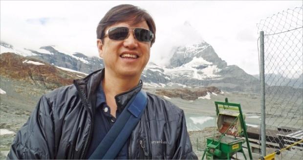 이성열 AT커니코리아 사장이 2014년 스위스 샤프하우젠에 있는 라인폭포에서 여행을 즐기고 있다. AT커니코리아 제공