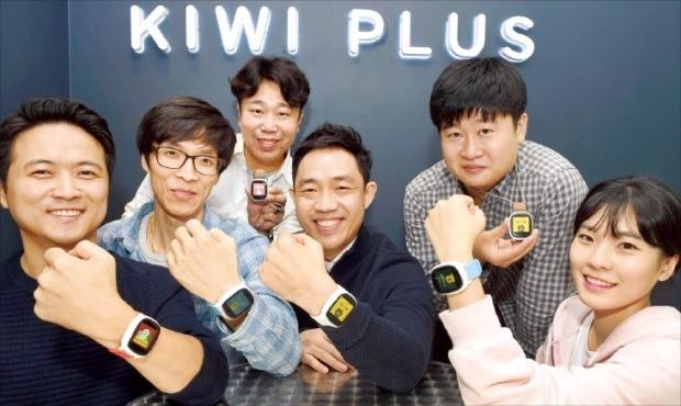 서상원 키위플러스 대표(왼쪽 네번째)와 직원들이 어린이용 스마트워치 '라인키즈폰'을 소개하고 있다. 김영우 기자 youngwoo@hankyung.com
