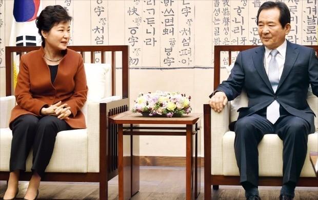 """< 13분 회동 > 박근혜 대통령은 8일 국회를 방문해 정세균 국회의장(오른쪽)에게 """"국회에서 추천해주는 총리를 임명해 실질적으로 내각을 통할하게 하겠다""""고 말했다. 강은구 기자  egkang@hankyung.com"""