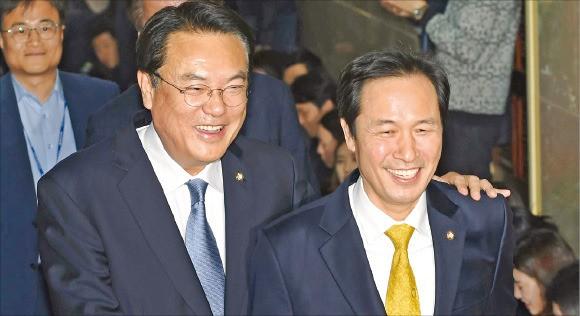 < 웃고 있지만… > 정진석 새누리당 원내대표(왼쪽)와 우상호 더불어민주당 원내대표가 8일 국회의장실로 향하고 있다.  신경훈  기자  khshin@hankyung.com