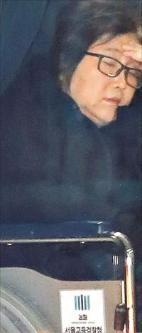 최순실 씨가 8일 서울 서초동 서울중앙지검에서 조사를 받은 뒤 서울구치소로 돌아가기 위해 휠체어를 탄 채 호송차량으로 이동하고 있다. 연합뉴스