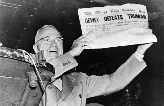 < 미국 최악의 오보 > 미국 역사상 최악의 오보 가운데 하나로 평가받는 미국 시카고데일리트리뷴 (현 시카고트리뷴)의 1948년 대통령 선거 보도. 당시 여론조사 결과 등을 토대로 토머스 듀이 공화당 후보가 해리 트루먼 민주당 후보를 이겼다고 1면 머리기사로 올려 인쇄까지 마쳤으나 결과는 반대였다. 트루먼 당선자가 '듀이, 트루먼 물리쳐'라는 제목의 오보 신문을 들어 보이고 있다.