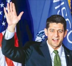 폴 라이언 미국 하원의장(공화당 )이 대통령 선거와 상·하원 선거가 동시에 열린 8일(현지시간) 위스콘신주(州) 제인스빌에서  재선에 성공한 것을 축하하며 손을 흔들고 있다. 제인스빌EPA연합뉴스