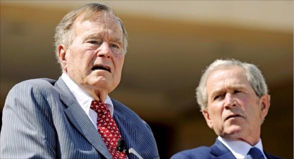 조지 W 부시 전 미국 대통령(오른쪽)과 그의 아버지인 조지 부시 전 대통령. 한경DB