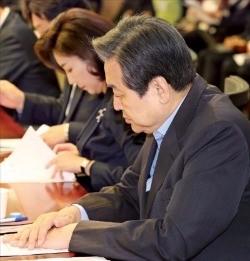 김무성 전 새누리당 대표(오른쪽 첫 번째)와 나경원 의원(두 번째) 등이 9일 국회 의원회관에서 열린 18차 국가전략포럼 비상시국 대토론회에서 자료를 보고 있다. 연합뉴스