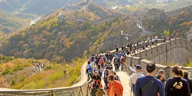 만리장성 위를 관광객들이 걷고 있다.