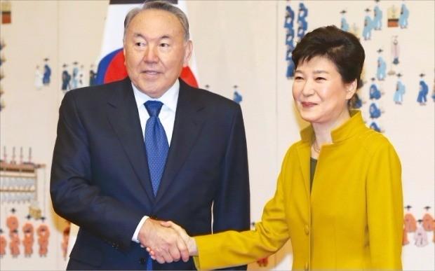 < 정상외교 > 박근혜 대통령은 10일 청와대에서 누르술탄 나자르바예프 카자흐스탄 대통령과 정상회담을  하고 10건의 경제분야 협력을 위한 양해각서(MOU)를 교환했다. 강은구 기자 egkang@hankyung.com