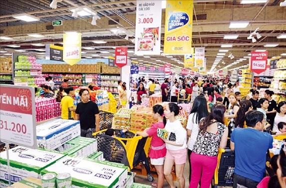 이마트 베트남 1호점인 고밥점에서 소비자들이 쇼핑하고 있다.