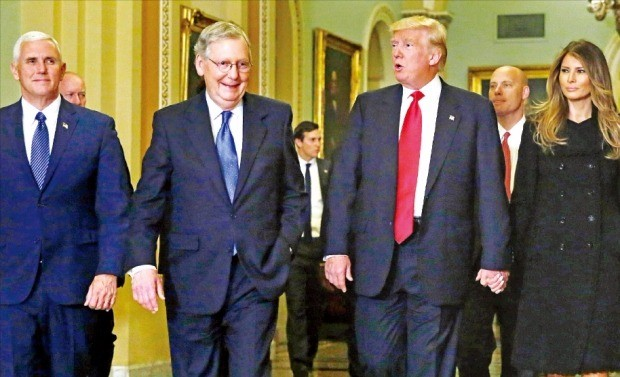 도널드 트럼프 미국 대통령 당선자(왼쪽 세 번째)가 10일(현지시간) 부인 멜라니아 여사(네 번째)와 마이크 펜스 부통령 당선자(첫 번째), 미치 매코널 공화당 상원 원내대표(두 번째)와 함께 워싱턴DC 의회에 들어서고 있다. 트럼프 당선자는 이날 폴 라이언 하원의장, 매코널 원내대표 등 공화당 수뇌부와 만나 핵심 의제를 논의했다. 워싱턴AP연합뉴스