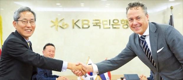 윤종규 KB금융지주 회장 겸 국민은행장(왼쪽)이 11일 랄프 해머스 ING그룹 회장(오른쪽)을 만나 협력을 강화하기로 했다. KB금융 제공