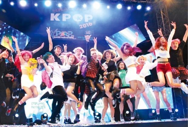 지난 4월 베트남 하노이 골든랜드빌딩 광장 야외무대에서 열린 K팝 축제 'K팝 러버스'에서 현지 K팝 팬클럽 회원들이 뛰면서 환호하고 있다.