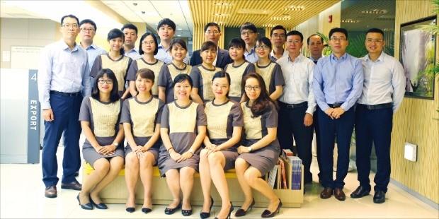 국내 금융회사들이 최근 활발하게 베트남에 진출하고 있다. 사진은 국민은행 베트남 호찌민 지점 주재원과 현지 직원.