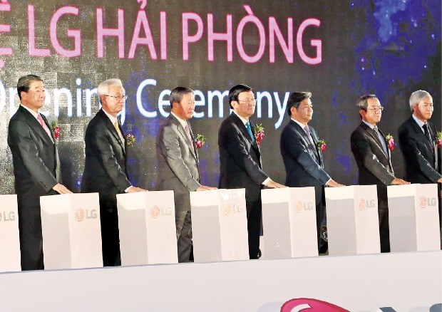구본무 LG그룹 회장(왼쪽 세 번째)은 지난해 3월 LG전자 하이퐁 캠퍼스 준공식에 참석했다.