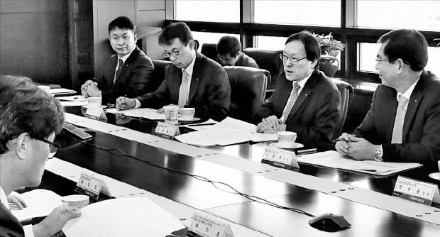 김용환 농협금융 회장(오른쪽 두 번째)은 지난 11일 서울 여의도 NH투자증권에서 열린 현장경영간담회에서 임직원과 경영현안을 논의했다. 농협금융 제공
