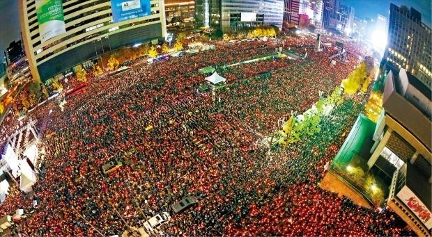 < 광화문 광장 '퇴진 함성' > 최순실 국정 농단에 분노한 민심의 촛불이 서울 광화문 일대를 뜨겁게 달궜다. 지난 12일 박근혜 대통령의 퇴진을 요구하는 '3차 주말 촛불집회'가 열린 서울광장과 광화문광장 주변에는 100만명(주최 측 추산, 경찰 추산 26만명)이 몰렸다. 1987년 6월 민주항쟁 이후 최대 규모다. 허문찬 기자 sweat@hankyung.com