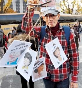 한 시민이 12일 3차 촛불집회에 참가해 꼭두각시 모형을 들고 있다. 연합뉴스