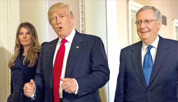 도널드 트럼프 제45대 미국 대통령 당선자(가운데)가 10일(현지시간) 부인 멜라니아(왼쪽)와 워싱턴DC 의회를 방문해 공화당의 미치 매코널 상원 원내대표와 함께 걸으면서 엄지손가락을 세워 보이고 있다. 워싱턴AP연합뉴스