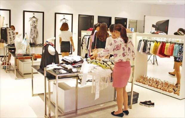 롯데백화점 베트남 하노이점 케일리시 매장에서 베트남 소비자들이 쇼핑을 하고 있다.