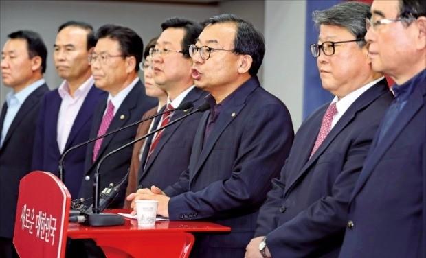 < 친박 > 이정현 새누리당 대표(오른쪽 세 번째)가 13일 서울 여의도 당사에서 기자간담회를 하고 있다. 이 대표는 비주류의 즉각 사퇴 요구를 거부했다. 연합뉴스