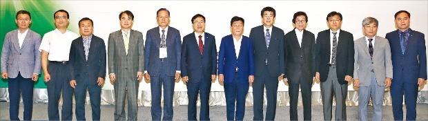 박성택 중소기업중앙회장(왼쪽 일곱 번째)과 협동조합 관계자들이 중소기업협동조합 발전 과제와 해결 방안 모색을 위한 토론회에 첨석했다. 중소기업중앙회  제공