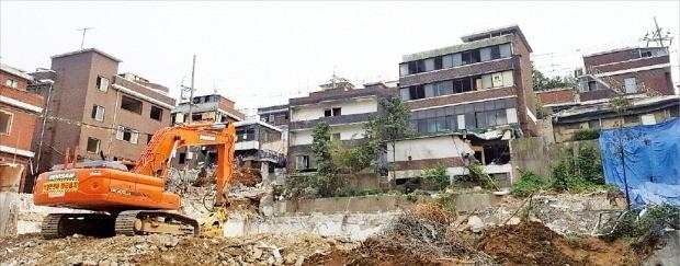 서울 마포구 대흥2재개발구역(신촌그랑자이)은 철거가 마무리되지 않았지만 주택도시보증공사 분양보증을 이미 받은 상태여서 연내 분양이 가능할 전망이다. 공사현장 전경. 한경DB