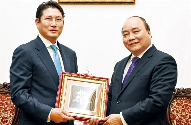 조현준 효성 사장(왼쪽)이 응우옌쑤언푹 베트남 총리를 만난 뒤 선물을 건네받고 있다. 효성 제공