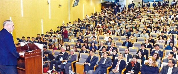 기획재정부는 14일 서울 신수동 서강대에서 '제8회 국제금융기구 채용설명회'를 열었다. 15일까지 열리는 이번 설명회엔 세계은행(WB), 국제통화기금(IMF) 등 10개 기관의 인사담당자가 참가한다. 숀 맥그래스 세계은행 인사담당 부총재가 행사에 앞서 축사를 하고 있다. 허문찬 기자 sweat@hankyung.com