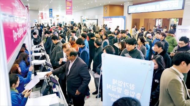 한국금형협동조합이 중소기업 판로 확대를 위해 개최한 '국제 금형 및 관련기기 전시회' 모습.