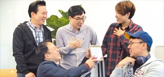 최병익 쿨잼 대표(앞줄 왼쪽)와 창업멤버들이 작곡앱인 '험온' 기능을 소개하고 있다. 남윤선 기자