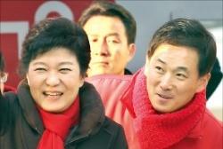 2012년 제18대 대통령 선거 때 경기 군포시 유세에 박근혜 대통령과 동행한 유영하 변호사(오른쪽). 연합뉴스