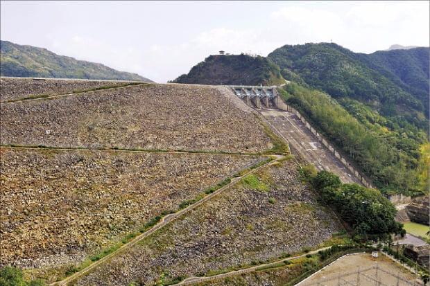 소양강 다목적 댐. 국토종합개발계획으로 건설된 댐은 가뭄과 홍수의 굴레에서 해방시켜주었다.