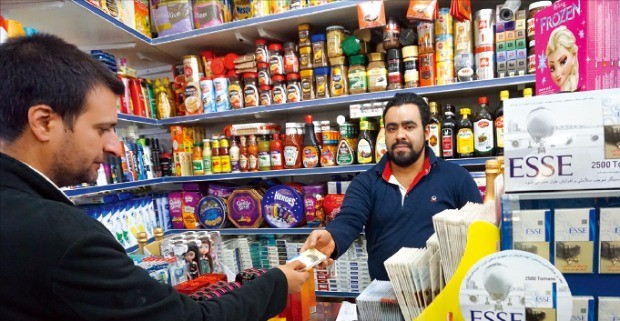 KT&G가 생산하는 담배는 세계 50여개국에 수출되고 있다. 이란에서 현지인이 KT&G 담배를 사고 있다. KT&G 제공