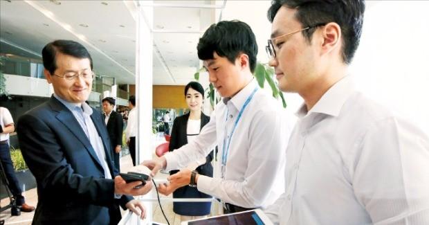 위성호 신한카드 대표(왼쪽)가 모바일 플랫폼인 FAN(판)을 확인하고 있다.  신한카드 제공