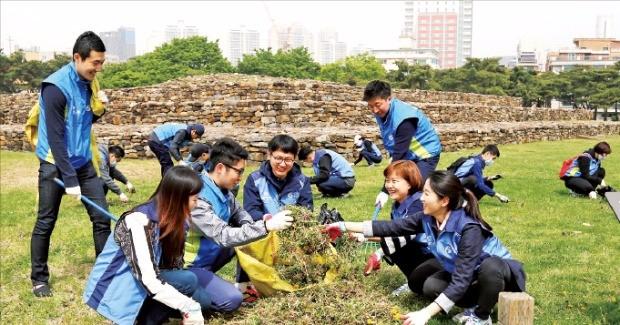 신한은행 임직원 봉사단이 문화재 보호 활동을 펼치고 있다. 신한은행 제공