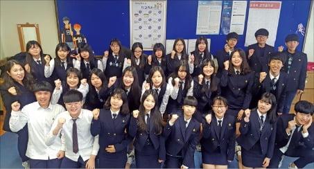 제2회 한경금융NCS시험이 서울 경기여상을 비롯해 전국 8개 고사장에서 치러졌다. 맨 위는 서울 경기여상 고사장, 중간은 충주상고 고사장 모습이며 맨 아래는 부천정보산업고 수험생들이 시험 직후 한 자리에 모인 모습이다.