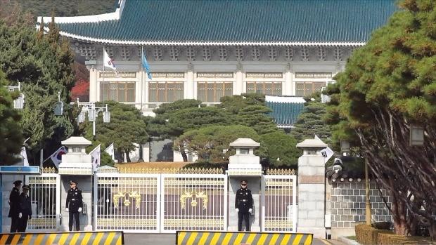'최순실 국정 개입 파문'과 관련해 검찰의 박근혜 대통령 조사가 연기된 16일 청와대 정문이 굳게 닫혀 있다. 강은구 기자 egkang@hankyung.com