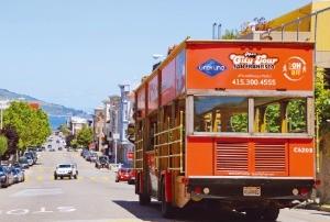 언덕에서 해안으로 내달리는 샌프란시스코의 시티투어버스.