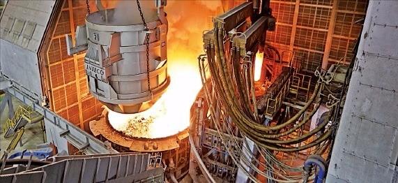 부산 화전산업단지에 완공한 태웅 제강공장의 120t 대형 전기로. 태웅 제공