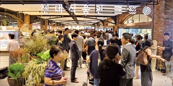 현대백화점 디큐브시티점은 지난 9월 '현대식품관'을 크게 늘려 재개장했다.