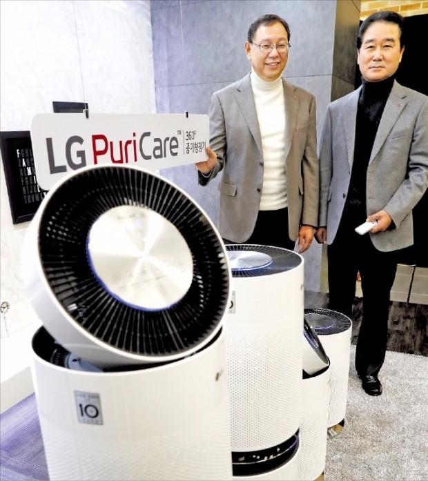 조성진 LG전자 H&A사업본부 사장(왼쪽)과 최상규 한국영업본부장(사장)이 17일 서울 여의도 LG트윈타워에서 퓨리케어 360도 공기청정기를 소개하고 있다. LG전자 제공