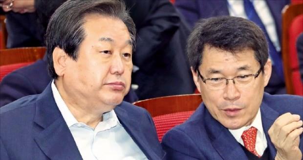 김무성 전 새누리당 대표(왼쪽)가 17일 국회 의원회관에서 열린 '퓨처라이프포럼' 세미나에서 이군현 의원과 얘기하고 있다. 연합뉴스