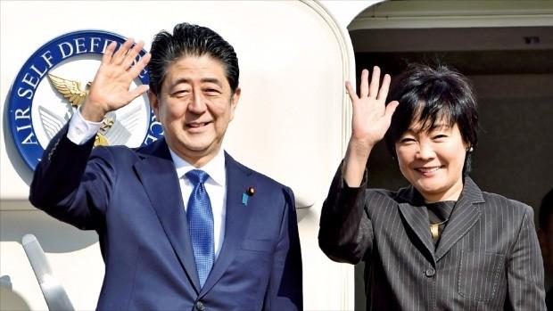 """< """"트럼프 만나러 가요"""" > 아베 신조 일본 총리와 부인 아베 아키에 여사가 17일 도쿄 하네다공항에서 미국 뉴욕으로 향하는 총리 전용기에 탑승하기 전 손을 흔들고 있다. 도쿄AFP연합뉴스"""