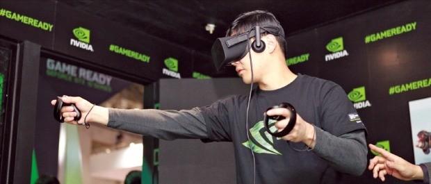 17일부터 나흘간 부산 벡스코에서 열리는 국제게임전시회 '지스타 2016'에서 한 관람객이 엔비디아의 '지포스 VR 체험관'에서 VR 게임을 즐기고 있다. 엔비디아 제공